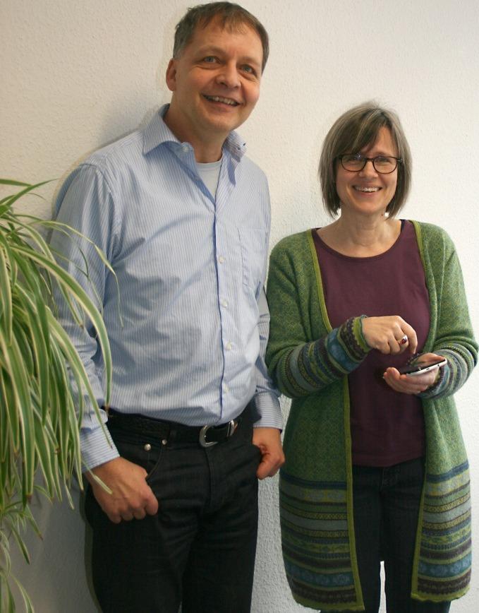 Anselm Brauer und Birgit Bauer vom Kreisamt für nachhaltige Entwicklung probieren die neue Smartphone-App der Abfallwirtschaft aus. Bild: Landratsamt Reutlingen