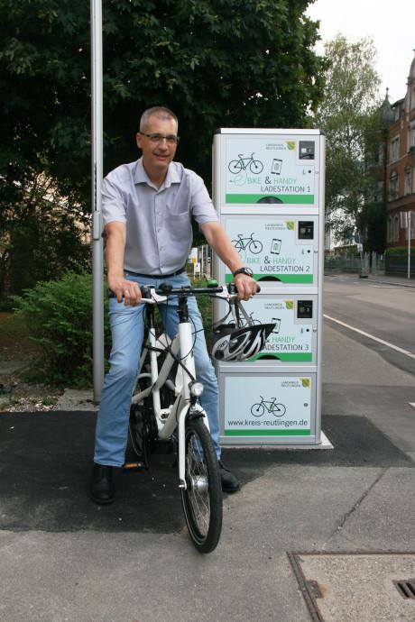 Amtsleiter Stefan Häußler vor der neuen E-Bike-Ladesäule