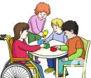 Das Bild zeigt vier Kinder, die an einem Tisch spielen. Ein Kind sitzt im Rollstuhl. Ein Kind steht am Tisch. Zwei Kinder sitzen auf Stühlen.