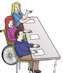 Das Bild zeigt drei Menschen, die an einem Tisch sitzen und einen Vortrag halten. Eine Frau sitzt im Rollstuhl.