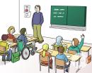 Das Bild zeigt ein Klassenzimmer. Der Lehrer steht vor der Klasse vor der Tafel. Eine Schülerin sitzt im Rollstuhl.