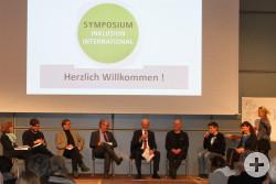 Das Bild zeigt die Teilnehmerinnen und Teilnehmer der Podiumsdiskussion beim Symposium Inklusion international