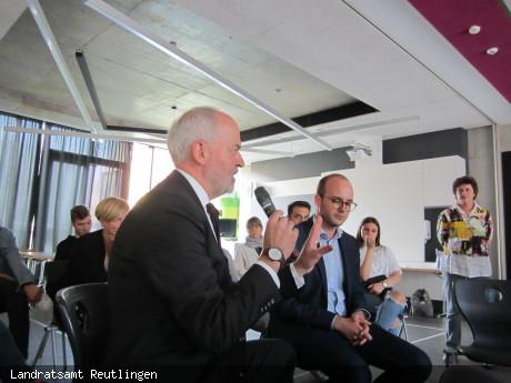 Landrat Thomas Reumann und JEF-Kreisvorsitzender Jan-Philipp Scheu in der Fishbowl-Diskussion