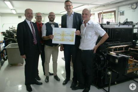 Landrat Thomas Reumann, MdL Andreas Schwarz und MdL Thomas Poreski mit BM Michael Schrenk zu Besuch bei Geschäftsführer Martin Fink in der Druckerei FINK GmbH