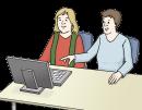 Das Bild zeigt zwei Frauen, die vor einem Computer sitzen. Eine Frau erklärt der anderen Frau etwas und zeigt mit dem rechten Zeigefinger auf den Bildschirm von dem Computer.