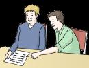 Das Bild zeigt zwei Männer, die an einem Tisch sitzen. Der eine Mann spricht, der andere Mann schreibt etwas auf ein Blatt Papier, das vor ihm liegt.