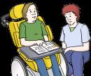 Das Bild zeigt einen Mann im Rollstuhl. Auf dem Tisch vor ihm liegen Unterlagen. Er zeigt darauf.