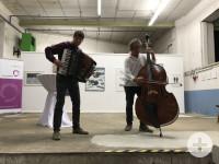 Dieses Bild zeigt zwei Musiker des Campingorchesters