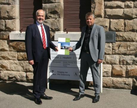 """Landrat Thomas Reumann nimmt das Konzept """"5G für öffentliche Mobilität"""" von Prof. Dr. Wolfgang Echelmeyer entgegen."""